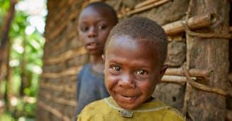 Jacob met broer en zus in Oeganda - SOS Kinderdorpen