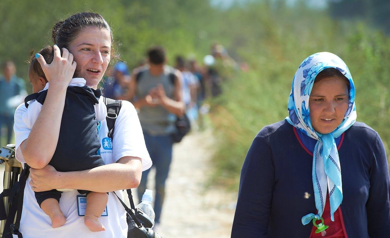 Katerina met baby Ali, Vluchtelingen, Macedonie, SOS Kinderdorpen