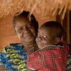 mouna-met-SOS-moeder-oegand-SOS-Kinderdorpen