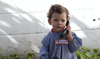 Kind aan het bellen - Contact SOS Kinderdorpen