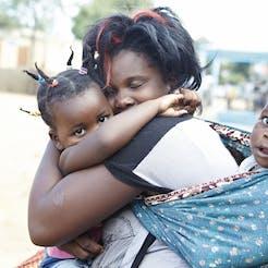 Moeder knuffelt met kinderen