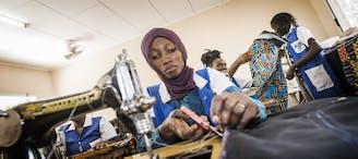 Guinee-Bissau sangue Novo deelneemster Maimuna achter haar naai