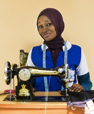 Guinee-Bissau jeugdwerkgelegenheidsprogramma Sangie Novo Maimuna achter haar naaimachine