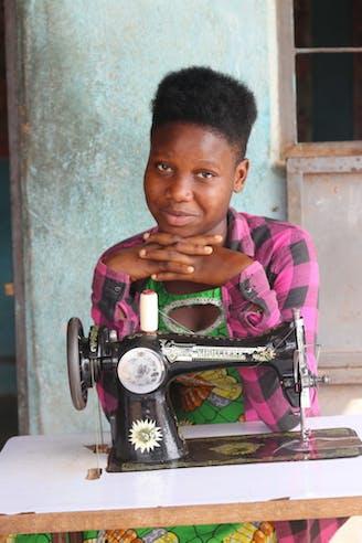 Familieversterkend programma Tantie Bagage Mimi achter naaimachine