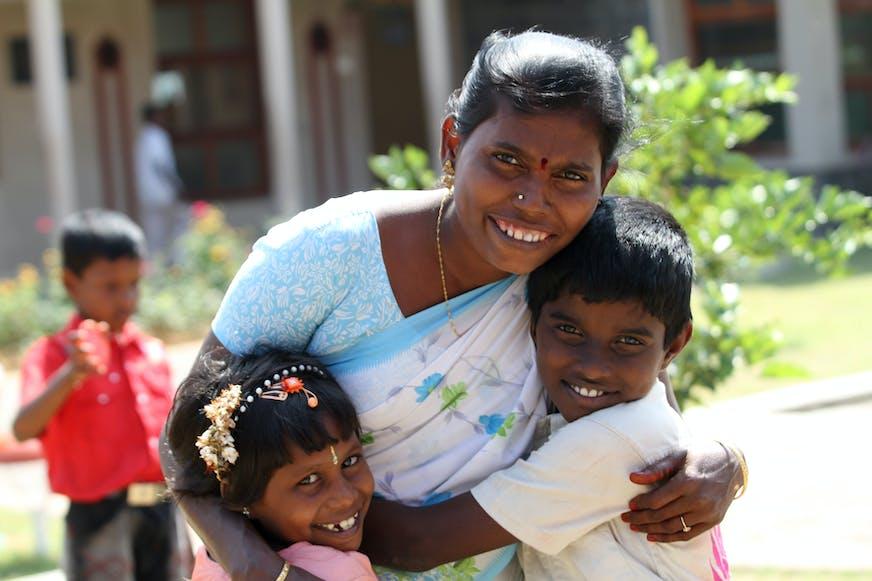 India_Kinderdorp_SOS moeder met kinderen