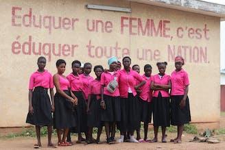 Familieversterkend programma Yamoussoukro groep meiden voor hun school