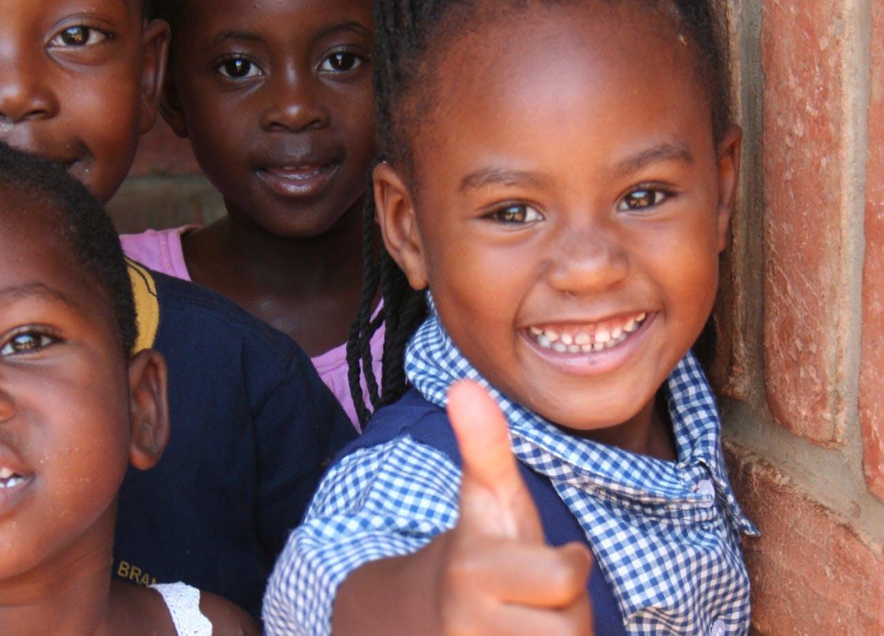 bedankt-kinderen-afrika-sos-kinderdorp-liggend