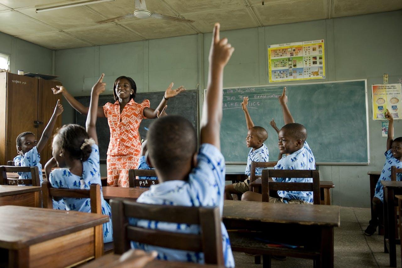 Juf stelt vragen aan leerlingen, Ghana - SOS Kinderdorpen