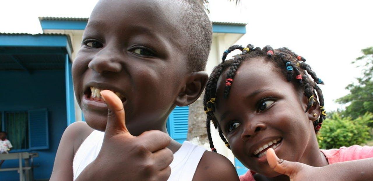kinderen-duim-omhoog-ghana