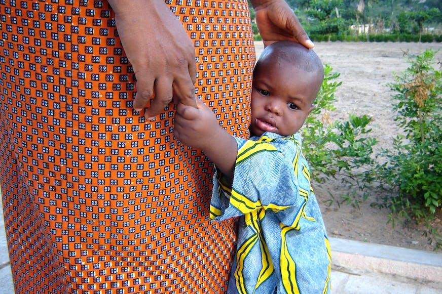 Kind en veiligheid - kind houdt zijn moeder vast