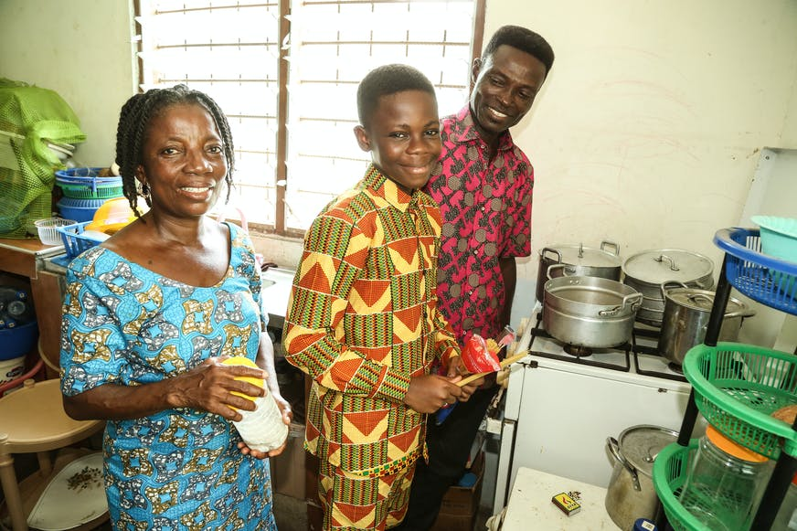 Ghana Tema familiehereniging Mensah met vader en moeder in de keuken
