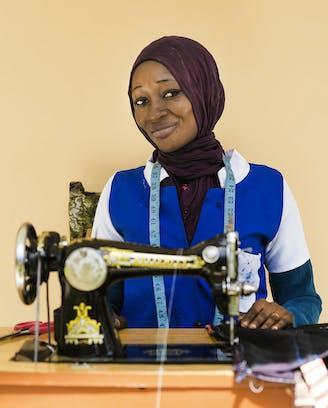 Guinee-Bissau jeugdwerkgelegenheidsprogramma Sangue Novo Maimuna achter haar naaimachine
