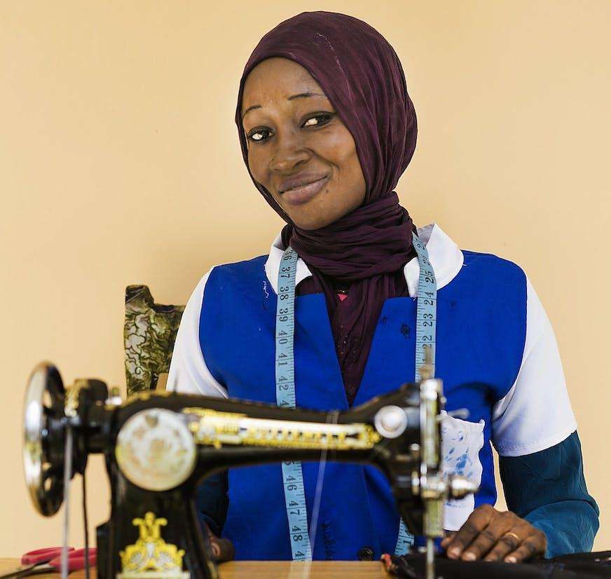 Guinee-Bissau Sangue Novo deelneemster Maimuna achter haar naaimachine
