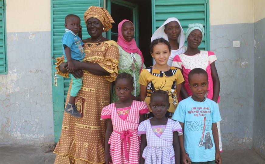 Tsjaad kinderdorp N'Djamena Moeder Pauline met haar kinderen