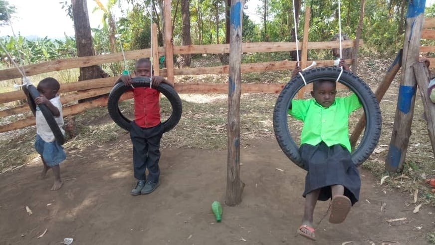 Jacob-buiten-aan-het-spelen-in-de-pauze-Oeganda-SOS families-versterken