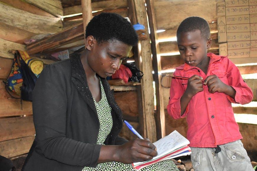 Jacob-met-zijn-lerares-Oeganda-SOS-families-versterken
