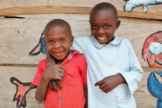 Jacob-met-zijn-zus-Oeganda-Families-versterken