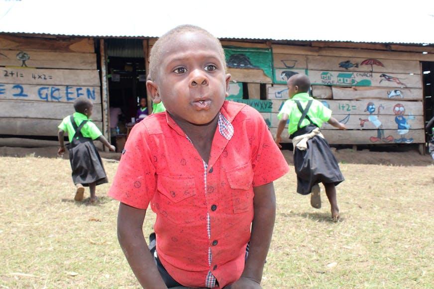 Jacob-op-het-schoolplein-Oeganda-SOS-families-versterken