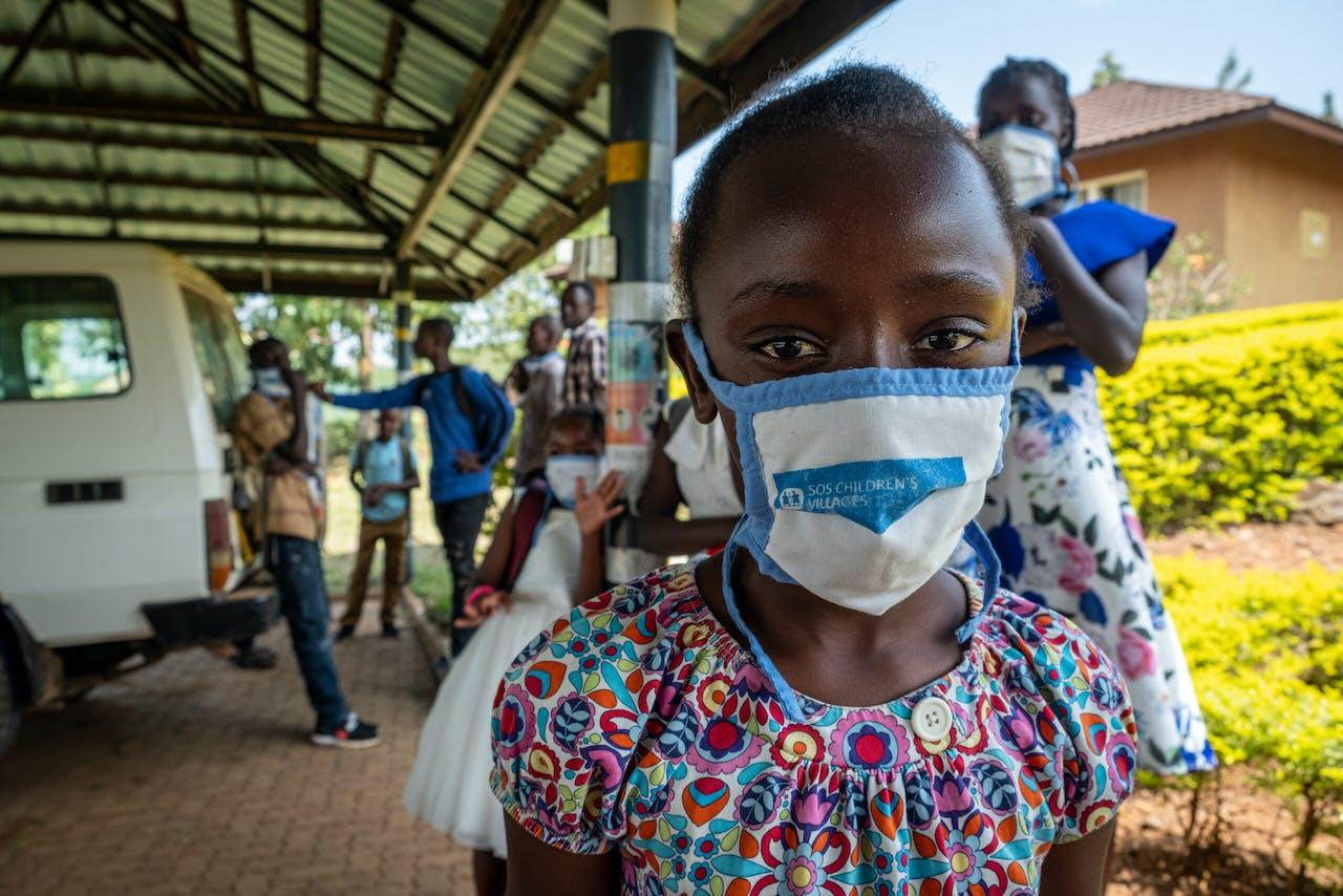 Meisje met mondkapje in Kisumu, Kenia