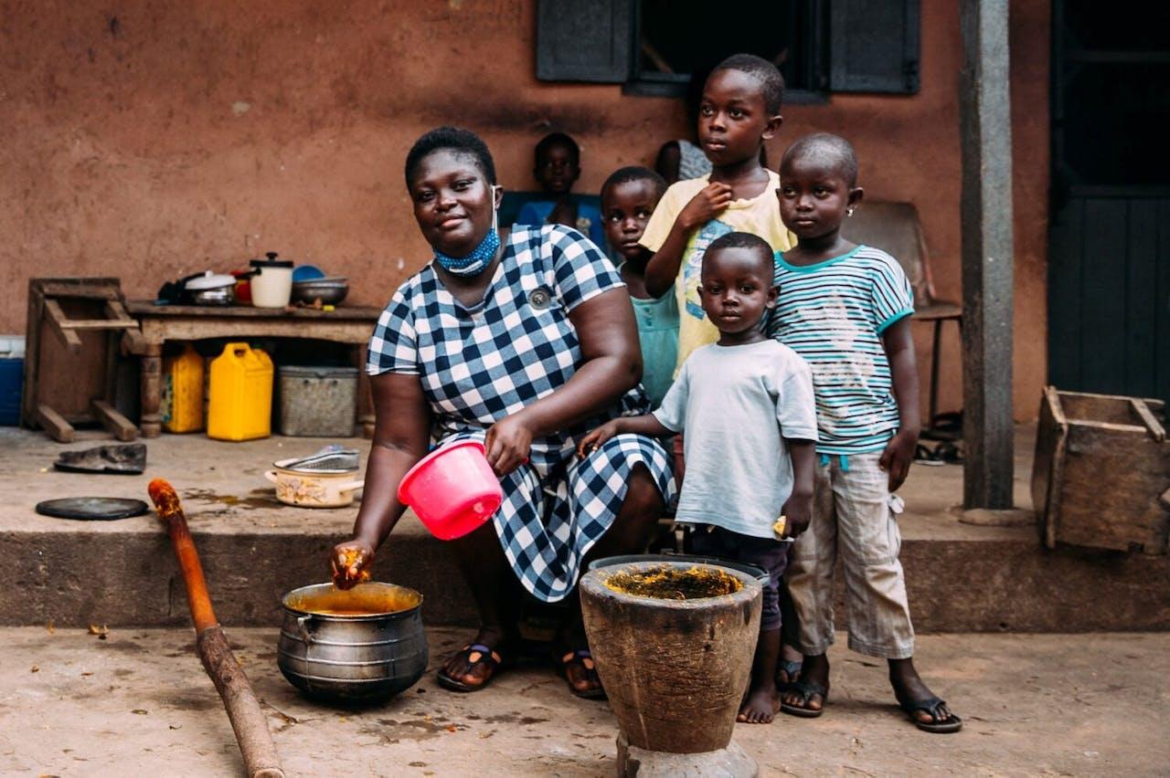 Rebekka uit Ghana met haar kinderen