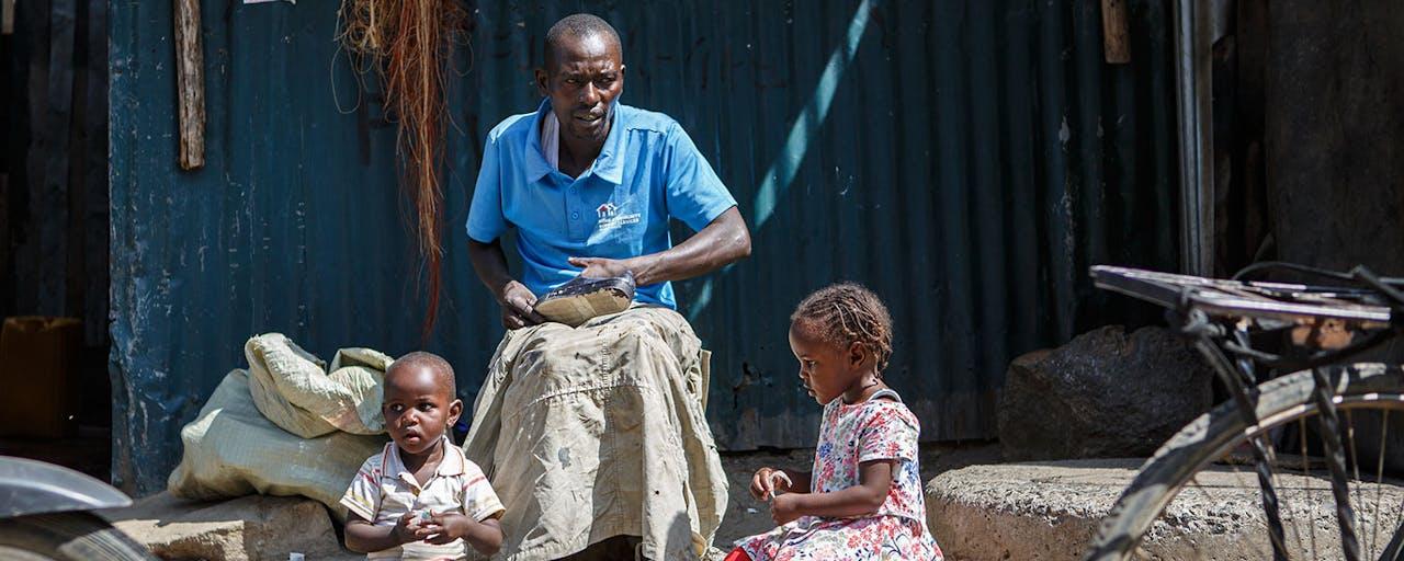 Antony is schoenmaker in Kenia - SOS Kinderdorpen